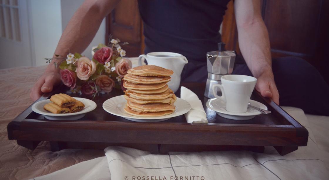 vassoio colazione a letto caffè pancake